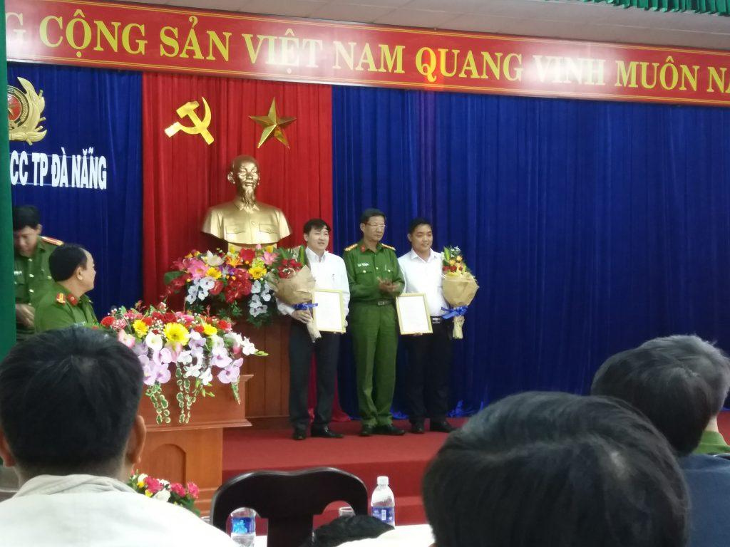 Đại diện công ty pccc Toàn Tiến Phát lên nhận chứng nhận & chụp hình