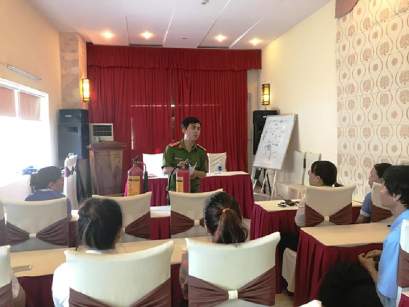 Tuyên truyền các kiến thức pháp luật về công tác PCCC tại Khách sạn Nữ Hoàng