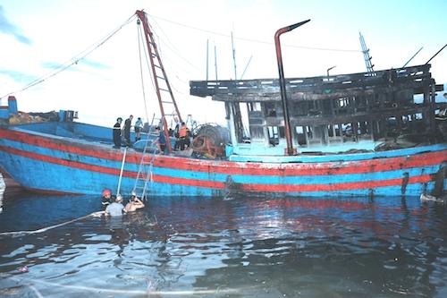 Cháy tàu cá tại âu thuyền Thọ Quang