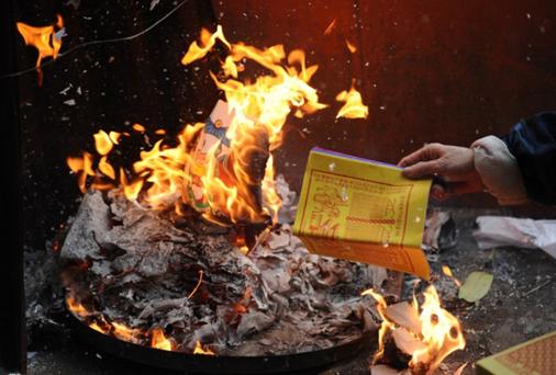 Cẩn thận cháy nổ do thắp hương đèn, đốt vàng mã trong ngày tết