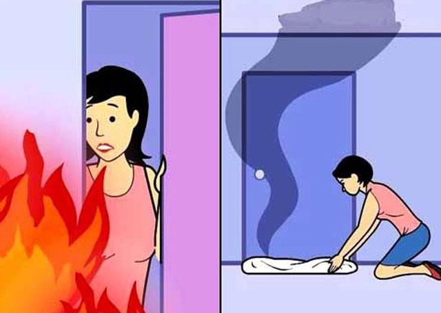 Hãy dùng vải, giẻ ướt chèn kỹ các khe hở không cho khói tràn vào phòng
